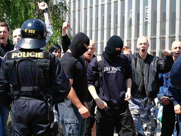 Pravicoví radikálové řvou na antifašisty u mosteckého nádraží, policie vytvořila mezi oběma znesvářenými skupinami hradbu ze svých těžkooděnců, pomáhala i městská policie.