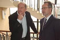 Lékař Štembera (vlevo) u soudu v Mostě.