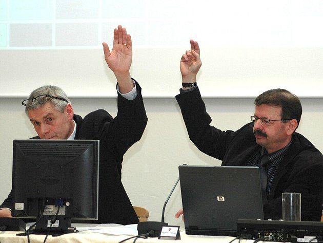 Starosta Litvínova Milan Šťovíček a jeho odvolaný zástupce Vladimír Vopelka při hlasování.