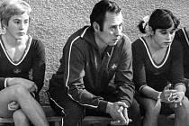 Legendární trenér sportovní gymnastiky Luděk Martschini na archivním snímku s reprezentantkami Švýcarska