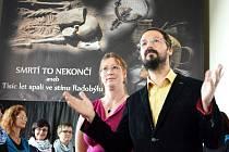 Kryštof Derner a Jana Kuljavceva Hlavová z Ústavu archeologické památkové péče severozápadních Čech zahájili novou výstavu v mosteckém muzeu.