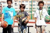 Mostečtí basketbalisté zleva Denis Collins, Matěj Šestina a Adam Collins se zúčastnili unikátního kempu.