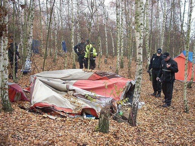 Bezdomovci obsadili soukromý pozemek v lese.