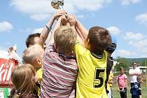 Mladí fotbalisté se radují po zisku poháru.