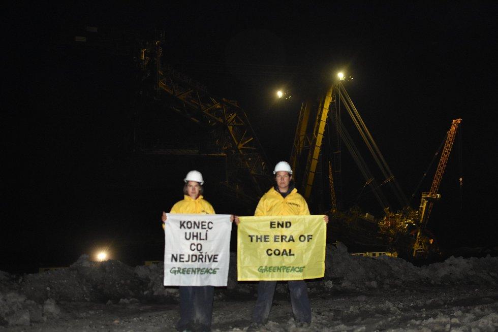 Aktivisté z hnutí Greenpeace v dolu Vršany na Mostecku ve středu 2. září ráno