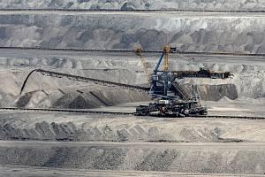 Povrchová těžba uhlí na Mostecku.