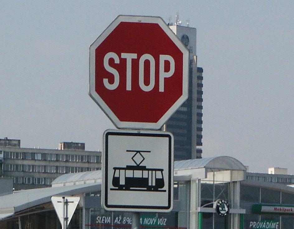 """Při vjezdu do města u pneuservisu Storex mají řidiči zastavit a dát předost. Dodatková tabulka však uvádí, že je """"stopka"""" určena pro tramvaje."""