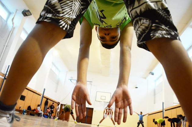 Děti vChánově začaly hrát po škole florbal a zlepšují se jim známky a chování. Trénuje je bývalý fotbalista a sportovní nadšenec Míra Potužák zMostu