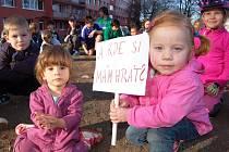 Čtyřletá Marta Burdová drží transparent v místě, kde bylo hřiště. Mělo tu být nové, oplocené a centrální. Ale není. Město tvrdí, že nemá peníze. Radní už v roce 2007 slíbili, že zajistí přes 10 velkých moderních hřišť. Mezitím zlikvidovali hromadu plácků