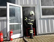 Tři hasičské jednotky zasahovaly u fingovaného požáru skladu barev