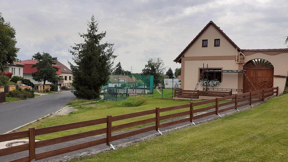 Vtelno, místní část Mostu, která si díky kostelu, faře a selským stavením z 18. a 19. století zatím zachovává svůj venkovský ráz navzdory masivní výstavbě nových rodinných domů.
