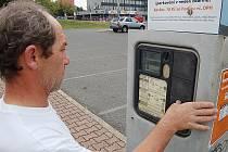 Na snímku parkovací hodiny na parkovišti u finančního úřadu. Hodina parkování stojí 15 Kč. Poplatek lze platit i pomocí SMS. Automat funguje od pondělí do pátku od 8 do 18 hodin, v sobotu od 8 do 12. Neděle je zdarma. Provozovatelem jsou technické služby.