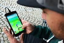 Chytání Pokémonů na 2. náměstí v Mostě.