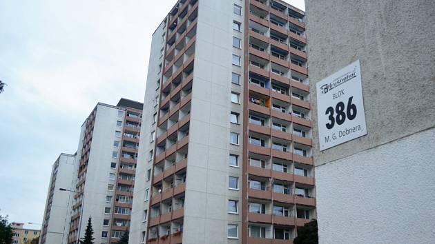 Ulice M. G. Dobnera v Mostě s věžákem, kde někdo přepadl 40letou ženu, oběť šikany.