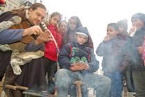 Věštec v kožichu ukazuje dětem lití olova, ze kterého bude předpovídat budoucnost. Vánoční trhy na 1. náměstí v Mostě potrvají šest dní. Včera byl pro obchodování výjimečný den.