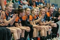 Mostecká střídačka při utkání s maďarským Györem. Mostečanky teď čeká v neděli v Chomutově švédský Sävehof.
