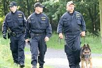 Mostečtí policisté procházejí vrch Šibeník.