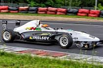 Na obrázku nejatraktivnější vůz týmu, dvoulitrová formule Renault.