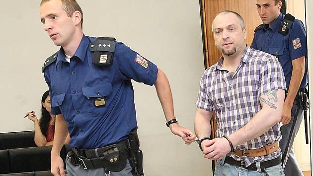 Justiční stráž přiváží obžalkovaného Makedonce do soudní síně mosteckého soudu.