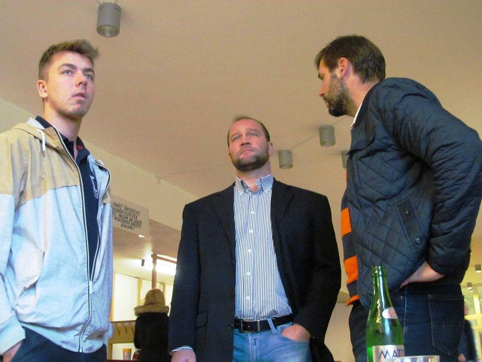 (zleva) Autor dokumentu Ondřej Vlk, hokejový mistr Jiří Šlégr a šéf klubového marketingu Jan Klobouček.