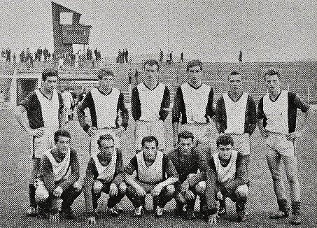 VDRESU BANÍKU. Josef Chaloupka (stojí druhý zleva) se spoluhráči vBaníku Most vroce 1966.