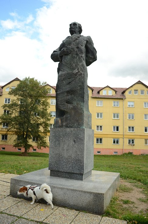 Pes močí na podstavec zachované sochy G. M. Dimitrova u 7. ZŠ v Mostě. Dimitrov byl bulharský revolucionář a komunistický pohlavár, ve své zemi měl po 2. světové válce podobnou moc jako v tuzemsku K. Gottwald.
