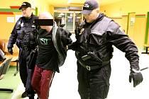 Městská policie v Mostě vede opilce na ošetření v centrálním příjmu nemocnice.