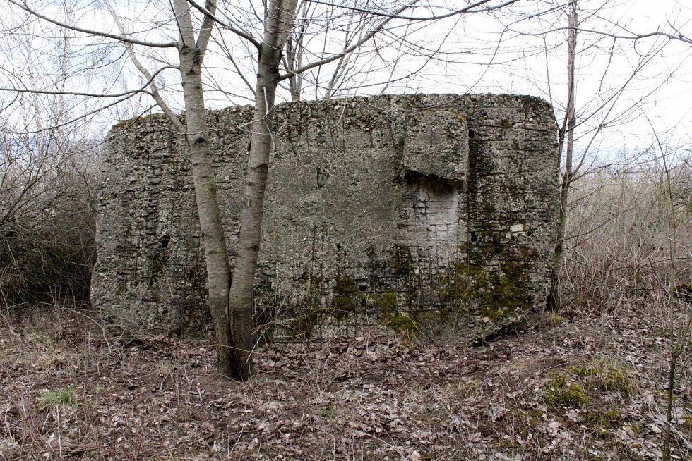 Převrácený bunkr na Červeném vrchu u Braňan na Mostecku.