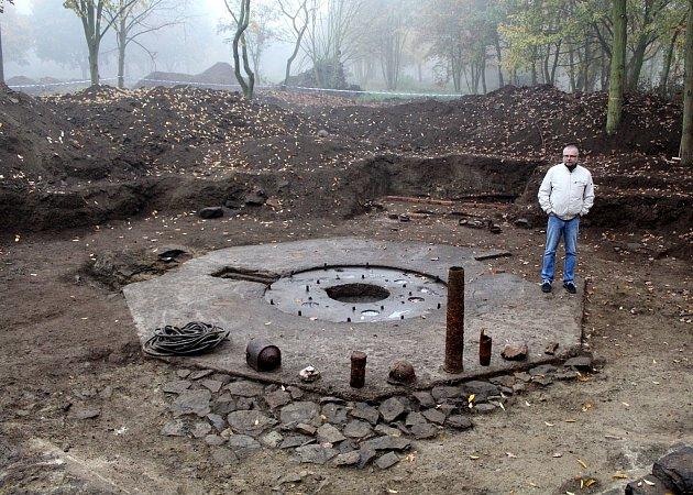Vedoucí archeologů Petr Čech ukazuje odkryté postavení jednoho zkanónů německé protiletadlové obrany vcentrálním parku na Šibeníku.