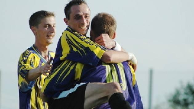 Kopistský Vasovčák objímá Lovíška, který právě vyrovnal skóre zápasu na 1:1.