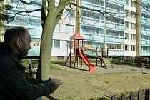 Michal Černý, předseda představenstva Bytového družstva 533, se dívá na momentálně pusté hřiště, kde partičky starších dětí tropí neplechu