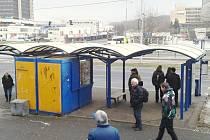 Tato zastávka se rozšíří. Autobusy budou zastavovat na panelech a trafika má podle města zmizet.