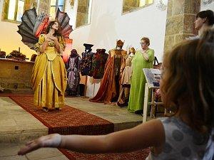 Docela velké divadlo Litvínov vystavuje kostýmy, masky, loutky a rekvizity