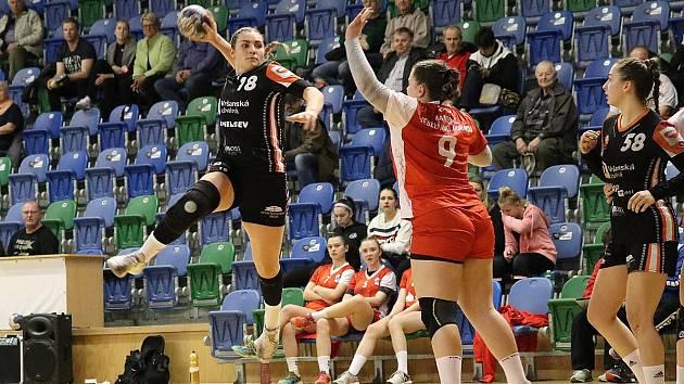 Házenkářka Veronika Šípová vyskakuje a pálí na branku Veselí.