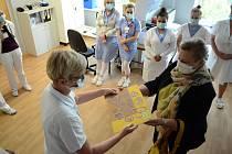 Paličkářky poděkovaly zdravotníkům na interně mostecké nemocnice