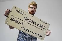 Kurátor Jan Setvák ukazuje jeden z mnoha exponátů připravované výstavy oblastního muzea ke 150 letům železnice na Mostecku