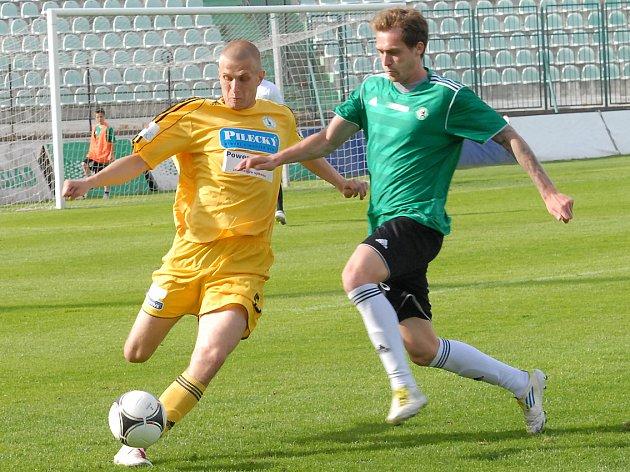 Fotbalisté Baníku Most (v zeleném) ještě nemají licenci na novou druholigovou sezonu.