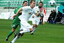 Mostecký fotbalista Jakub Hora (v bílém dresu v utkání s Hlučínem) v poslední druholigovém duelu zaznamenal dvě trefy. Přesto nedosáhl na reprezentační nominaci U19.