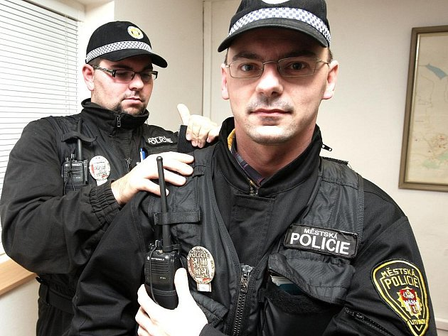 Litvínovský strážník připravuje reportéra Mosteckého deníku do terénu.