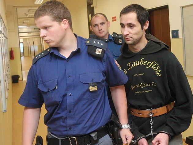 Mostecký soud pokračuje v hlavním líčení s obžalovaným Miroslavem Cinou, který měl v Chanově na Mostecku fyzicky napadnou a snad i vyhodit z okna panelového domu státního policistu.