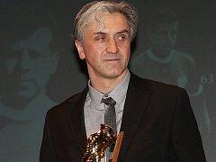 Fotbalový trenér Zdeněk Kotalík letos převzal Cenu Josefa Masopusta, která byla součástí vyhlášení Nejúspěšnějších sportovců Mostecka za rok 2015.