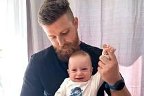 Milan Böhm s pětiměsíčním synkem, kterému se v době volna hodně věnuje.