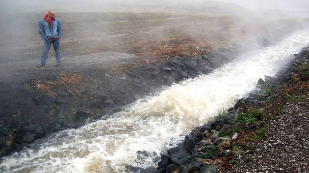 Toto není Island, ale industriální krajina: napouštění jezera Most v roce 2008-