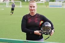 Karolína Mašková z Litvínova hraje americký fotbal. Na sportu jí láká jednak jeho týmový duch a jednak jeho jedinečnost. V České republice je totiž ženský americký fotbal teprve v začátcích.