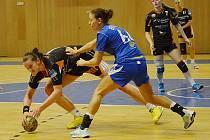Mostecké házenkářky (v černém) v zápase proti slovenské reprezentaci.