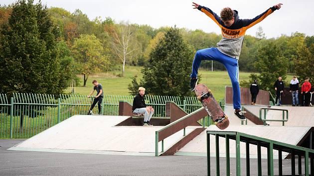 Skatepark v mosteckém parku Šibeník v neděli odpoledne ožil.