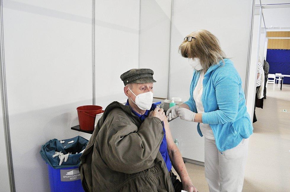 Očkování ve velkokapacitním očkovacím  centru, které zahájilo provoz v tělocvičně Sportovní haly Most.