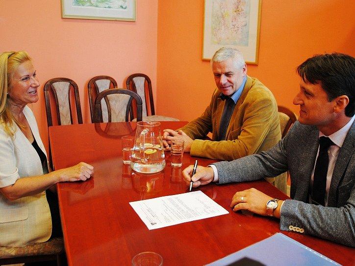 Nový tajemník Josef Skalický (vpravo) v diskusi s litvínovskými místostarosty Erikou Sedláčkovou a Milanem Šťovíčkem.
