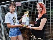 Dobrovolnice z útulku Dominika Juhásová (vlevo) přebírá dary od Niki Lašové, zakladatelky Kampaní na pomoc psům.