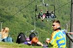 Lidé si užívají čerstvého vzduchu a zábavu ve Sport areálu Klíny, který v květnu zahájil letní sezonu.